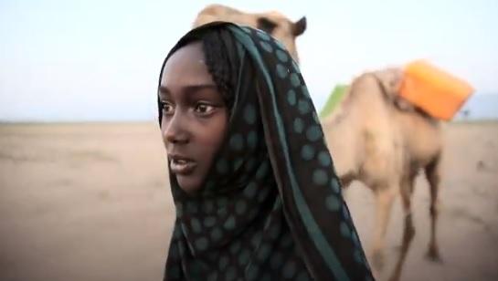 Aysha, de 13 años, dedica ocho horas diarias a conseguir agua no potable para su familia.